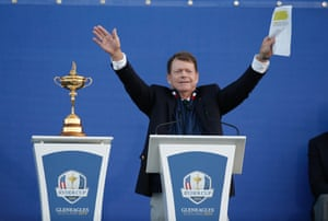 Tom watson jokingly appeals for the crowd to stop singing