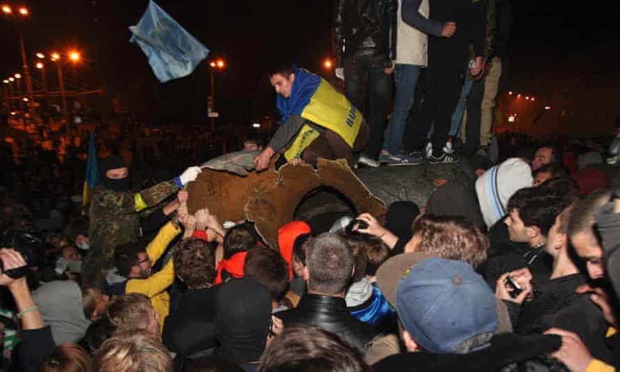 Activists dismantled Ukraine's biggest bronze monument to Lenin at the weekend.