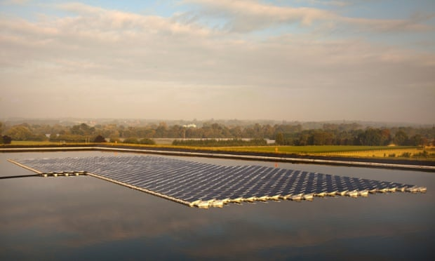 A floating solar power farm in Sheeplands Farm, Berkshire
