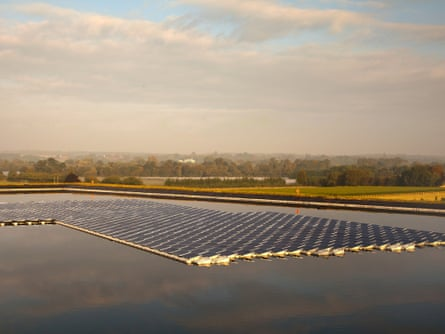 A floating solar power farm in Sheeplands Farm, Berkshire