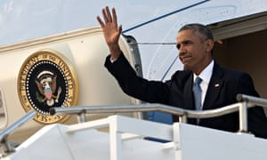 Barack Obama disembark Air Force One