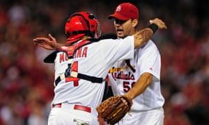 Adam Wainwright被接球手Yadier Molina祝贺。