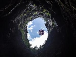 Trifonov's balloon begins its descent into the Mamet cave, Croatia