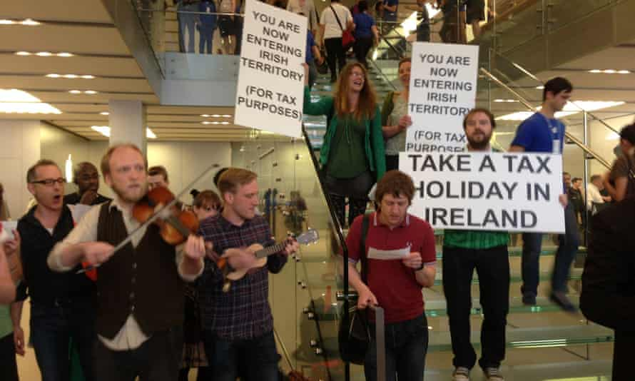 Tax avoidance flashmob protesters in the Apple Store