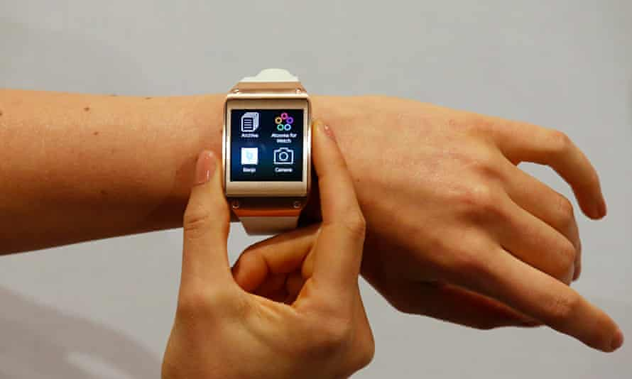 Model presents Samsung Galaxy Gear smartwatch