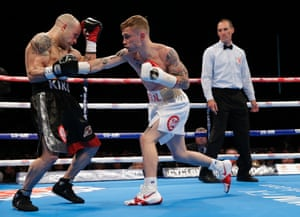 Frampton starts strongly and builds a strong lead in the early rounds.