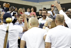 Marin Cilic huddles up with his supporters
