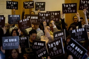"""Jerusalem Israelis, mostly French Jews, hold signs of """"I am Charlie,"""" """"Israel is Charlie"""" and """"I am a Jew of France"""" during a gathering in the Municipality"""