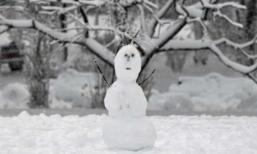 The building of snowmen has been forbidden by a top Saudi cleric.
