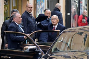 Italian President Giorgio Napolitano (C) waves as he arrives in his private appartment in Rome on January 14, 2015. Italy's veteran president resigned on January 14, setting the stage for the election of a new head of state, a thorny process which could prove a political headache for Matteo Renzi's government.