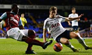 Jan Vertonghen of Spurs blocks Marvin Sordell