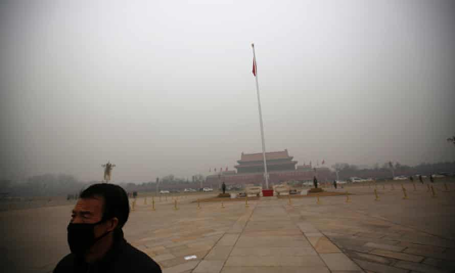 A man wearing a mask makes his way during a polluted day at Tiananmen Square in Beijing January 15, 2015. Beijing issued its first smog alert of 2015 on Tuesday. Stagnant and humid air has aggravated the city's air pollution, causing the smog to linger, according to Xinhua News Agency.