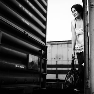 Salvadoran immigrant between two boxcars, Arriaga, Chiapas