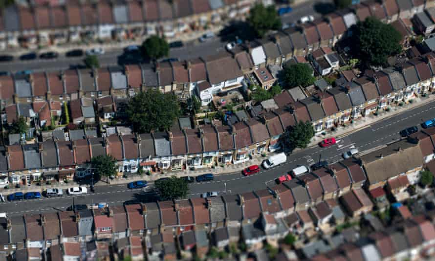 An aerial view of residential streets on the outskirts of London ( with no solar panel )