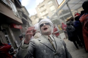 Xinzo de Limia's flour battle draws all kinds: this man is perhaps ill-suited for the fight.