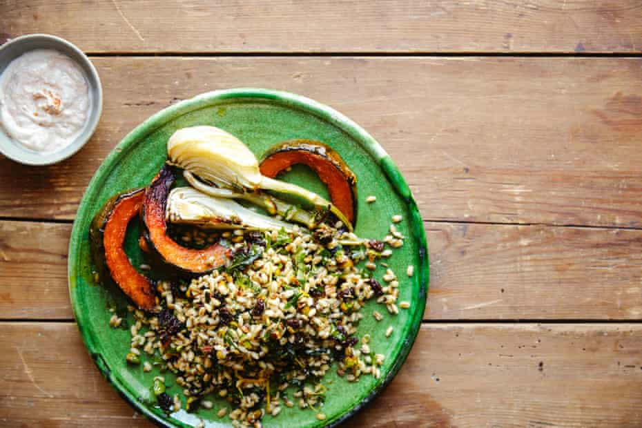 Toasted pearl barley with pistachios and raisins