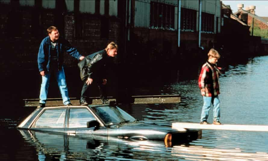 Dave, Gaz and Nathan try to transport stolen scrap metal across the Sheffield and Tinsley canal.