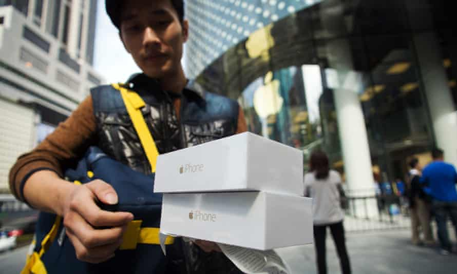 A Chinese customer buys two new iPhone 6s.