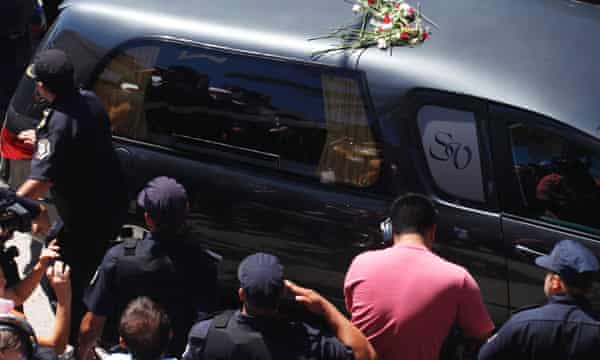 The hearse with the remains of late Argentinian prosecutor Alberto Nisman arrives at the cemetery in La Tablada, on the outskirts of Buenos Aires, 29 January 2015.