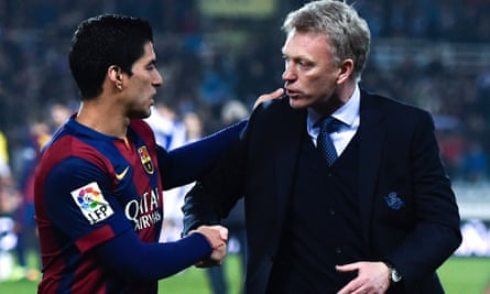 David Moyes of Real Sociedad shakes hands with Luis Suárez after the game.