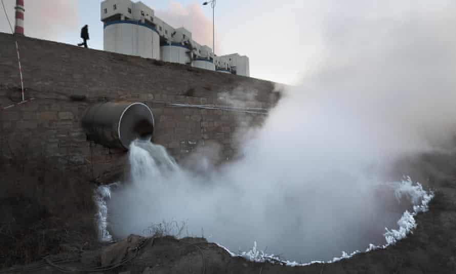 Hot waste water from Shaanxi Aowei Qianyuan Chemical Industry factory is discharged into the Huangpuchuan River, which flows into the middle reaches of the Yellow River.