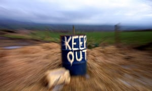 An empty oil dum tells people to stay out of the fields and public footpaths in Devon county some 400 km southwest of London , 15 March 2001.