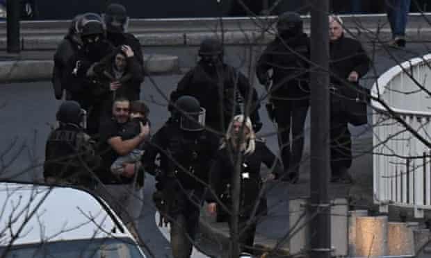 Hostages flee Hyper Cacher supermarket