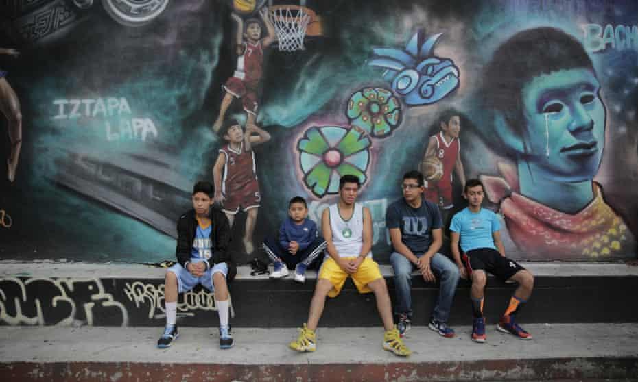 Unos jóvenes toman un descanso después del basketball