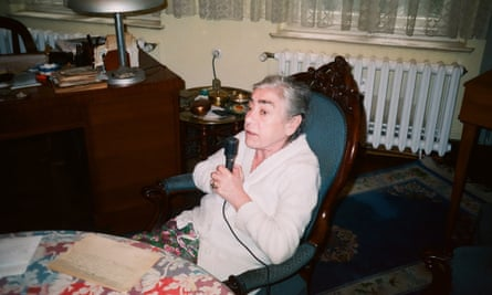 Marie Jalowicz Simon dictating her memoirs in 1998.