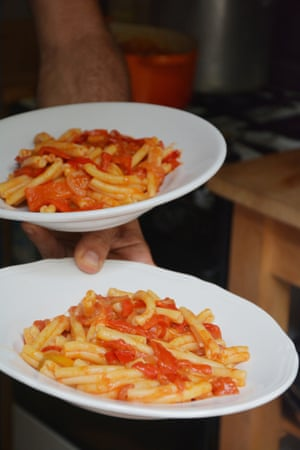 Peperonata with pasta: a simple Italian dish prepared in minutes.