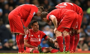 Liverpool players gather round Philippe Coutinho