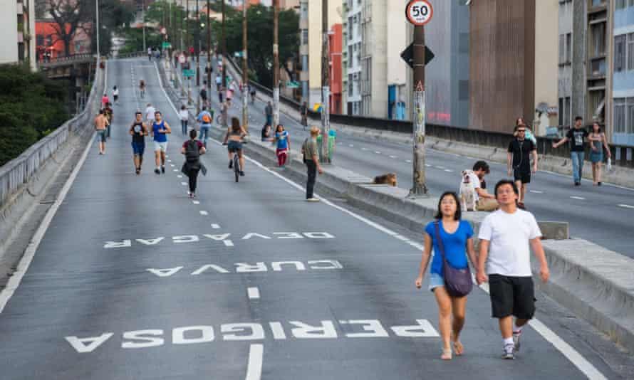 Walking the Minhocão