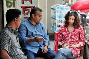 Rizwan Ahmed, of NGO Forum for Public Health (centre), and IWMI's Soumya Balasubramanya (right) discuss expansion of the project in Bangladesh.