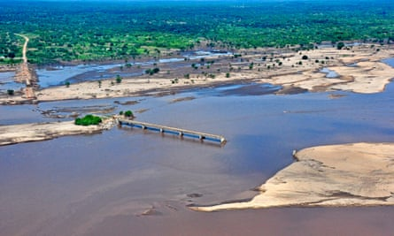 An areal view of a broken bridge over the Licungo river in Zambezia province, Mozambique, 26 January 2015. The floods in Zambezia province affect presently 124 000 people and have caused 79 deaths up to now.