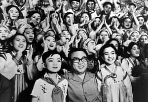 Kim Il-sung surrounded by the Pyongyang student art troupe, performed in Japan.