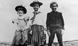 TS Eliot with his cousins Eleanor and Barbara Hinkley in Gloucester in 1897.