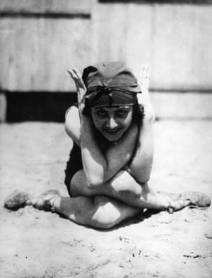 circa 1925: A flexible flapper.