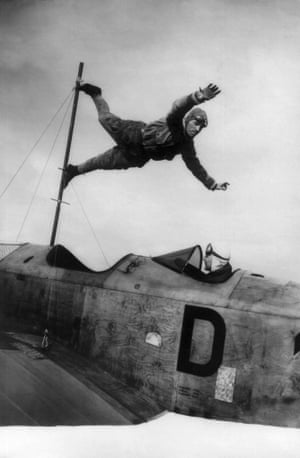 circa 1927: Aerial acrobat Schindler, notorious for his foolhardy stunts, practising one of his tricks listing out of the vertical, from a Klemp plane piloted by Richard Perlia.