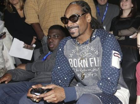 Snoop Dogg plays a Playstation 4.
