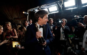 Eddie Redmayne poses with his Oscar at the Governors Ball.