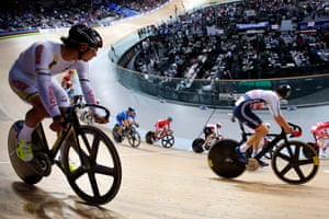 Riders compete in the men's omnium scratch race