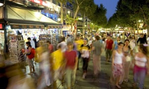 人们在巴塞罗那的La Rambla大道漫步。