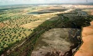 1998年4月30日,西班牙---多纳纳自然保护区的景观造成了一次事故的破坏,当一座大坝破坏了银行,Aznalcollar后,有520万立方米(1.82亿立方英尺)的高酸性水涌入了瓜迪玛河。 ,西班牙。