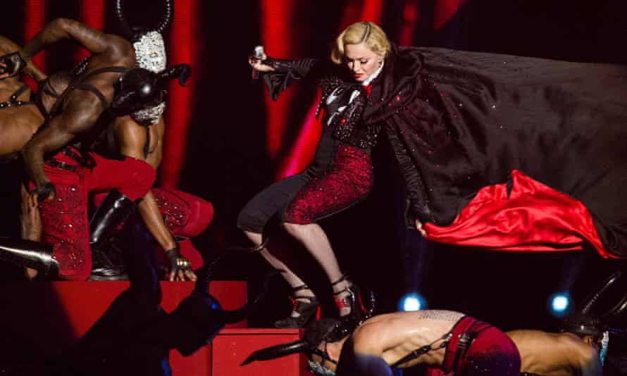 madonna falling over at brit awards