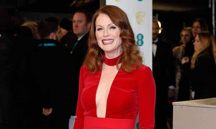 Julianne Moore shows us how to do sideboobs at the Baftas.