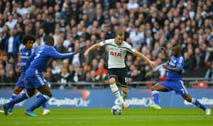 Harry Kane runs between Chelsea's Brazilian midfielder Willian, Zouma and Ramires.