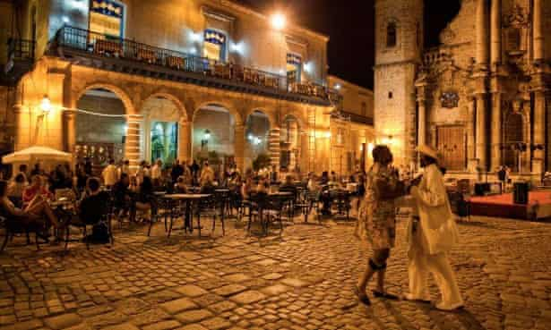 An outdoor restaurant and salsa dancers on the Plaza Catedral.