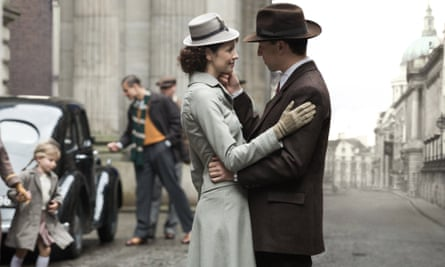 Caitriona Balfe and Tobias Menzies in Outlander