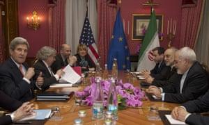 左边的约翰克里周四坐落在洛桑的电子艺游平台大全外交部长穆罕默德贾瓦德扎里夫对面。