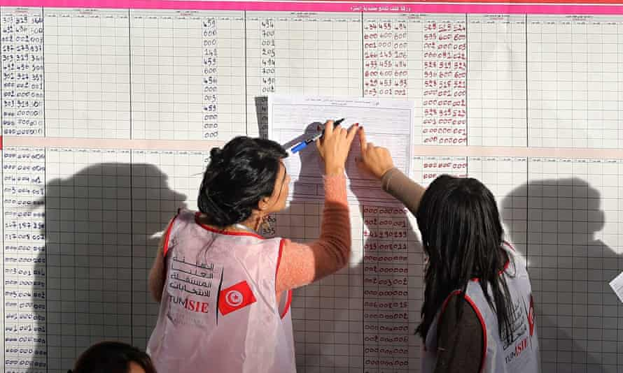 Counting votes for Tunisian presidential elections